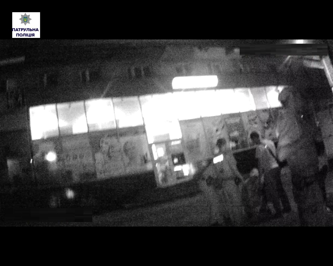 У Миколаєві перехожий з пивом порізав чоловіка пляшкою