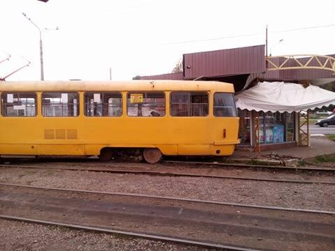 У Харкові трамвай злетів із рейок та протаранив кіоск - фото 2