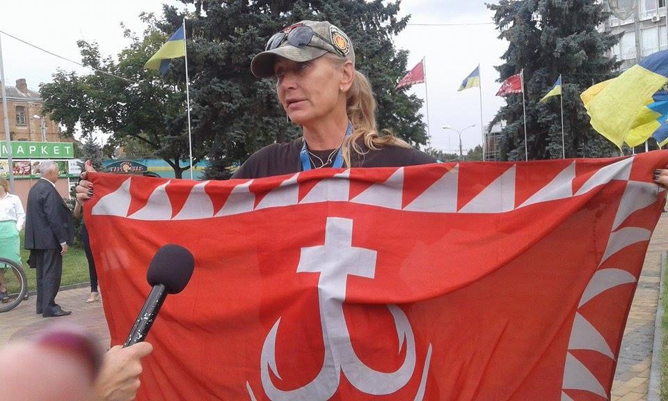 Відома волонтерка розвішала майже дві сотні прапорів перед Вінницькою міськрадою - фото 2