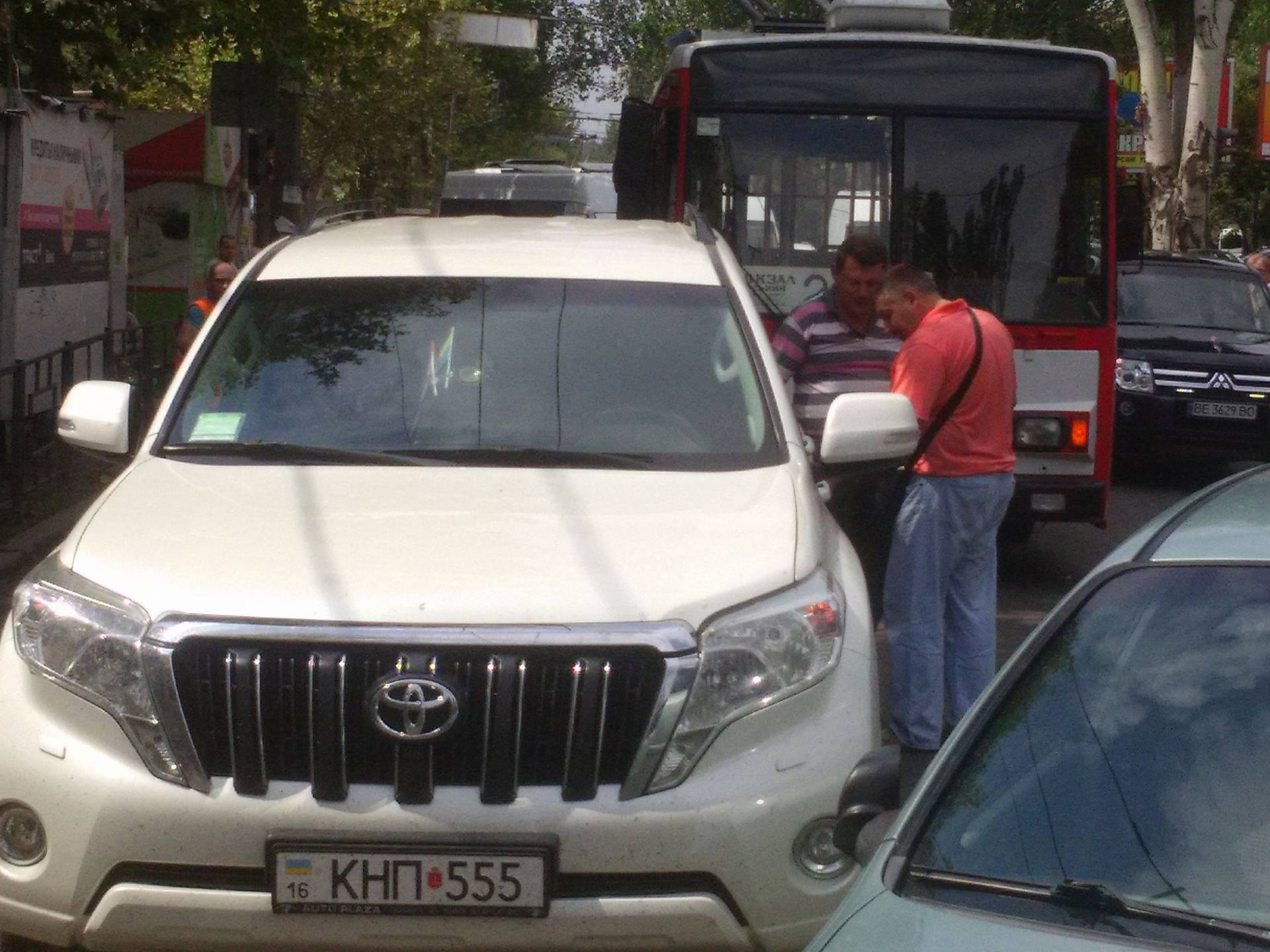 У Миколаєві дві іномарки не поділили дорогу та заблокували рух тролейбуса - фото 3
