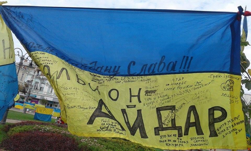 Відома волонтерка розвішала 185 прапорів перед Вінницькою міськрадою - фото 5