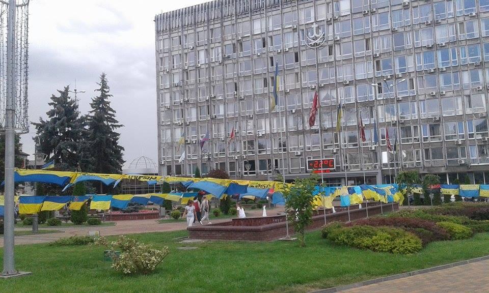 Відома волонтерка розвішала майже дві сотні прапорів перед Вінницькою міськрадою - фото 3