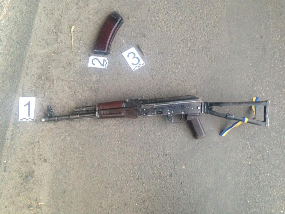 У Харкові чоловік у камуфляжі розстріляв таксі з автомату - фото 4