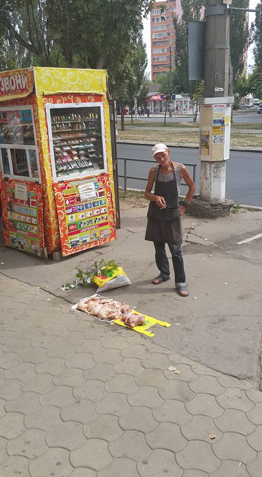 У Миколаєві чоловік продавав курку з асфальту біля дороги