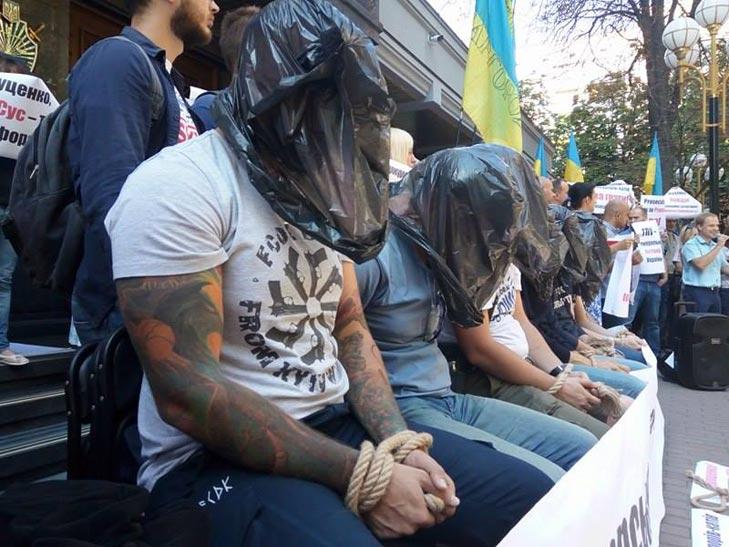 Як активісти з пакетеми на головах НАБУ захищали (ФОТОРЕПОРТАЖ) - фото 1