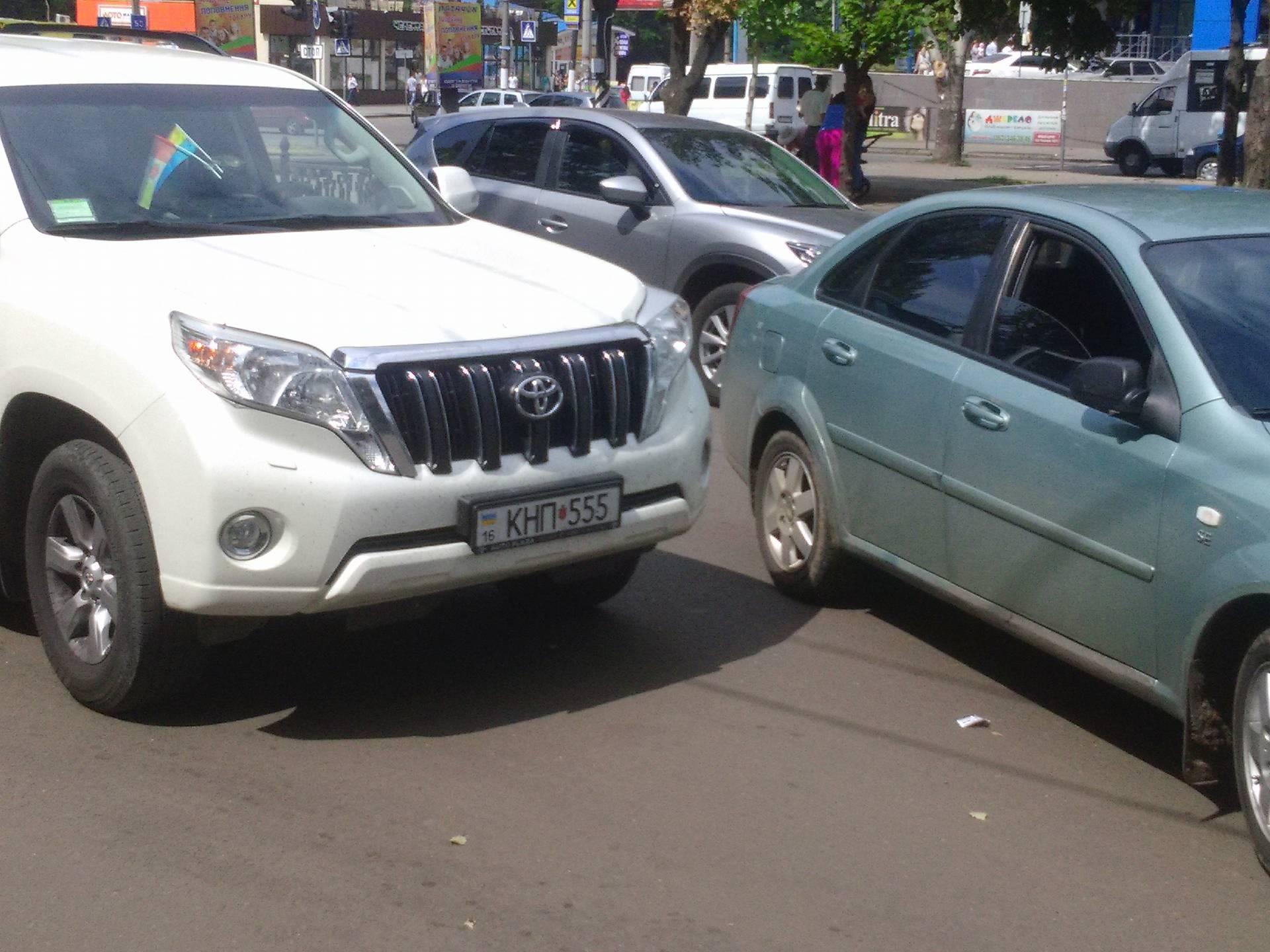 У Миколаєві дві іномарки не поділили дорогу та заблокували рух тролейбуса - фото 2