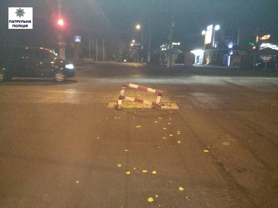 У Миколаєві водій Nissan влетів в огорожу: іномарка перевернулась  - фото 1