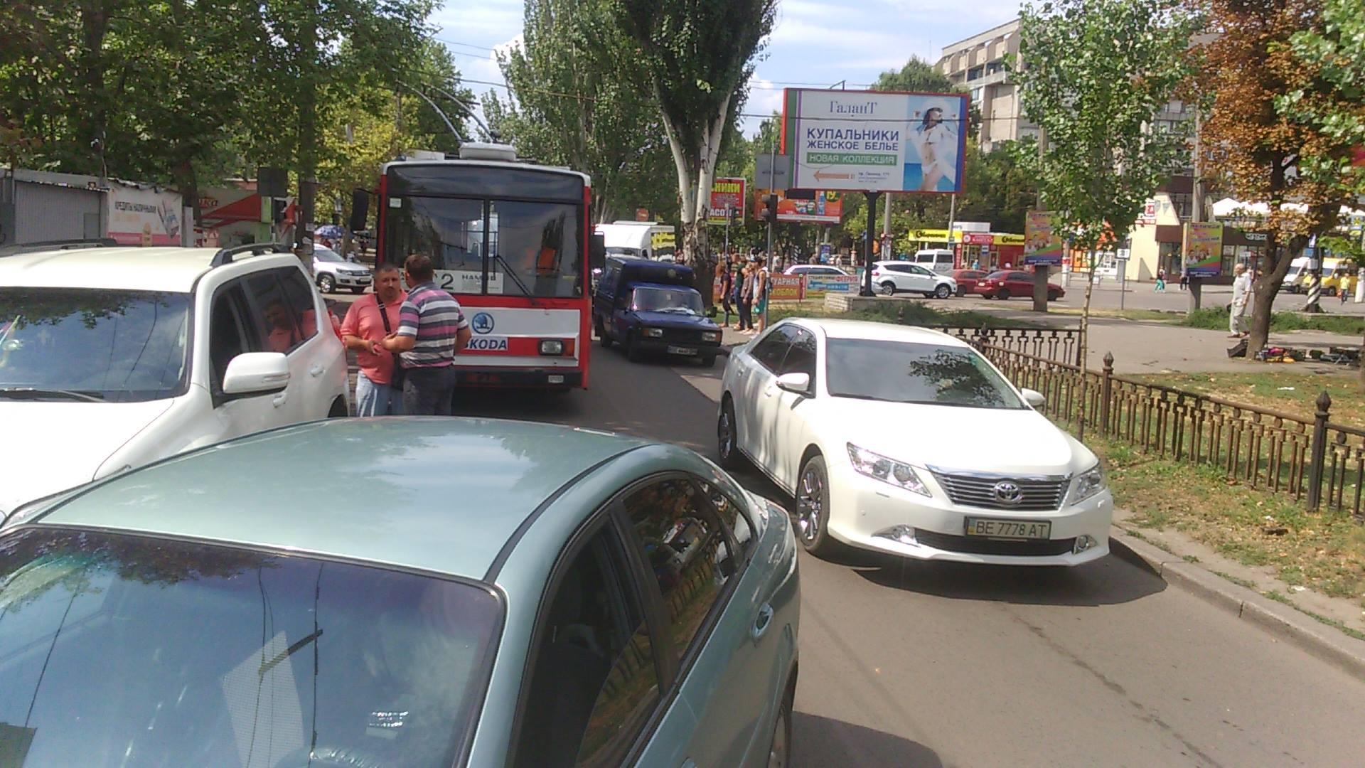 У Миколаєві дві іномарки не поділили дорогу та заблокували рух тролейбуса - фото 1