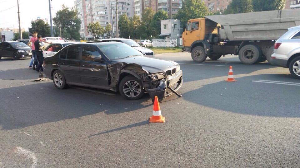 У Харкові три легковика зіткнулися з вантажівкою - фото 3