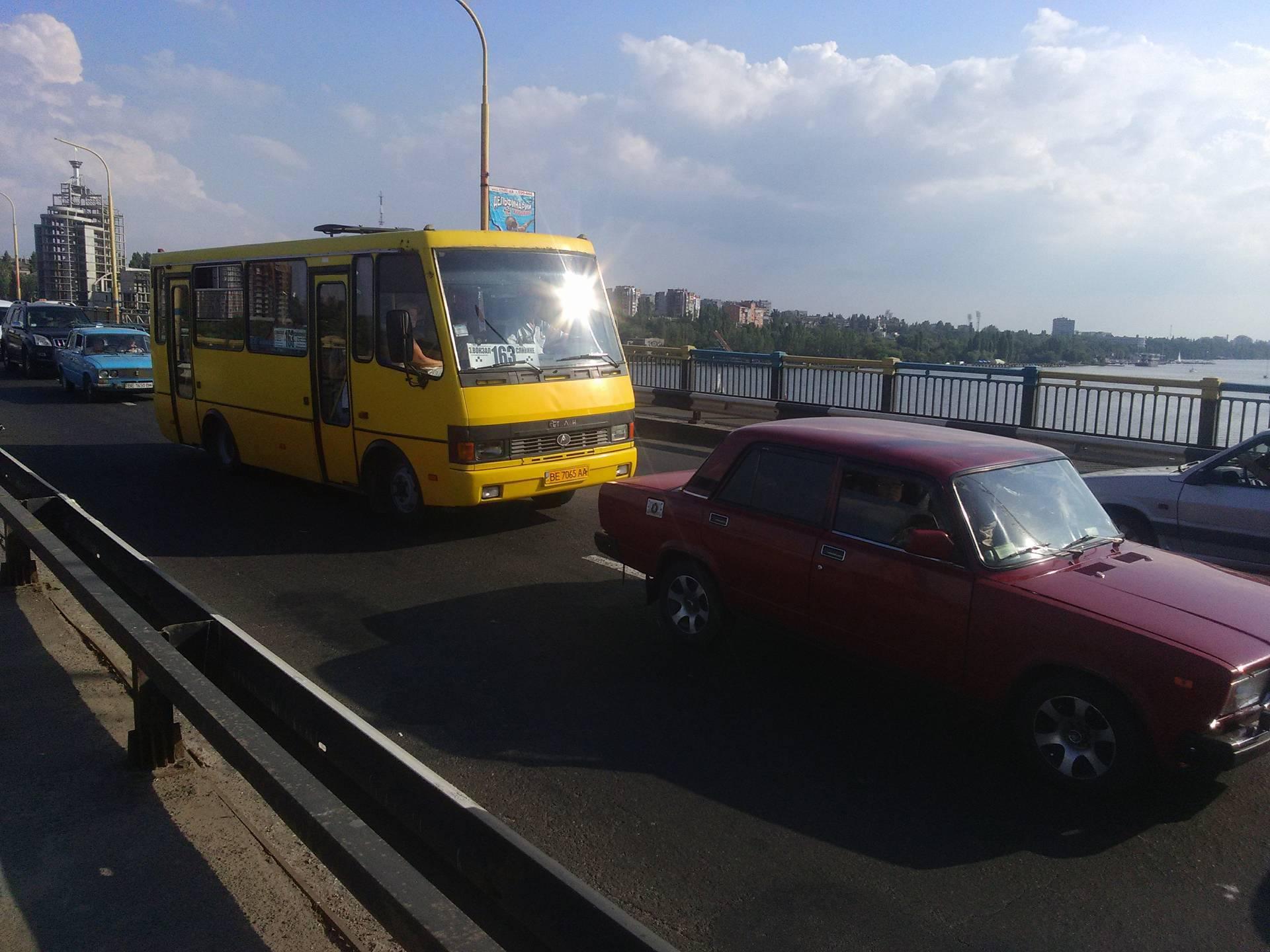 У Миколаєві на мосту в ДТП потрапили чотири машини: розтягнувся затор