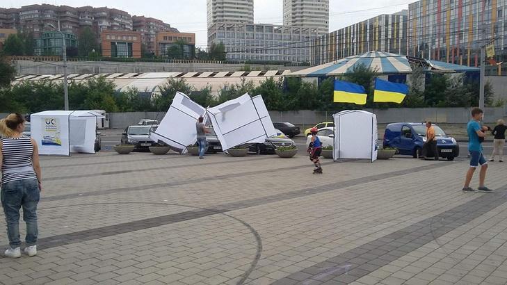 У Дніпрі на День Незалежності вітром здуло святкові намети  - фото 1