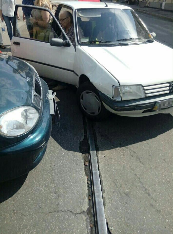 У Харкові за нез'ясованих обставин зіткнулися авто  - фото 1