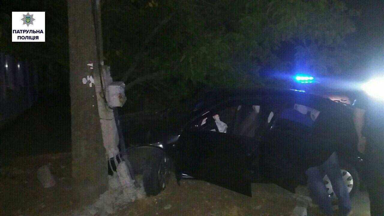 У Миколаєві п'яний водій так тікав від патрульних, що врізався в стовп