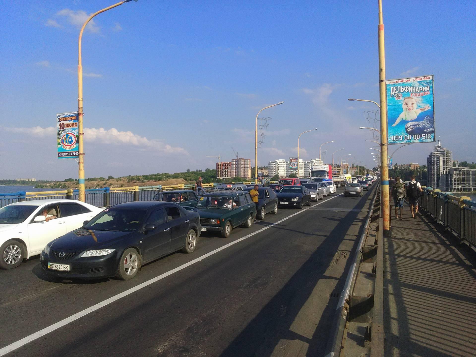 У Миколаєві через ДТП на мосту розтягнувся великий затор