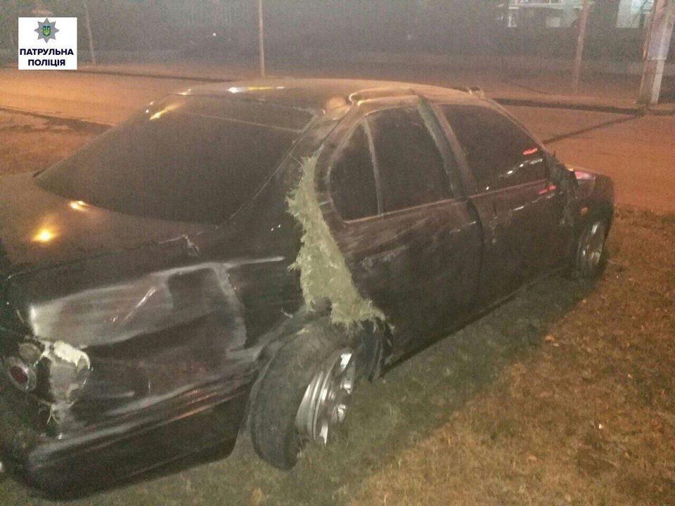 У Миколаєві водій Nissan влетів в огорожу: іномарка перевернулась  - фото 2