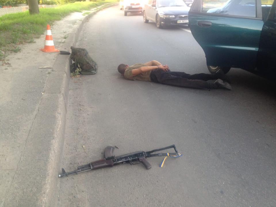 У Харкові чоловік у камуфляжі розстріляв таксі з автомату - фото 2
