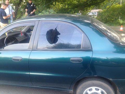 У Харкові чоловік у камуфляжі розстріляв таксі з автомату - фото 1