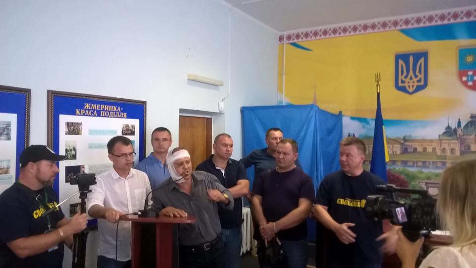 Побитий жмеринський депутат прийшов на сесію зі зламаною щелепою, катетером та однопартійцями - фото 1