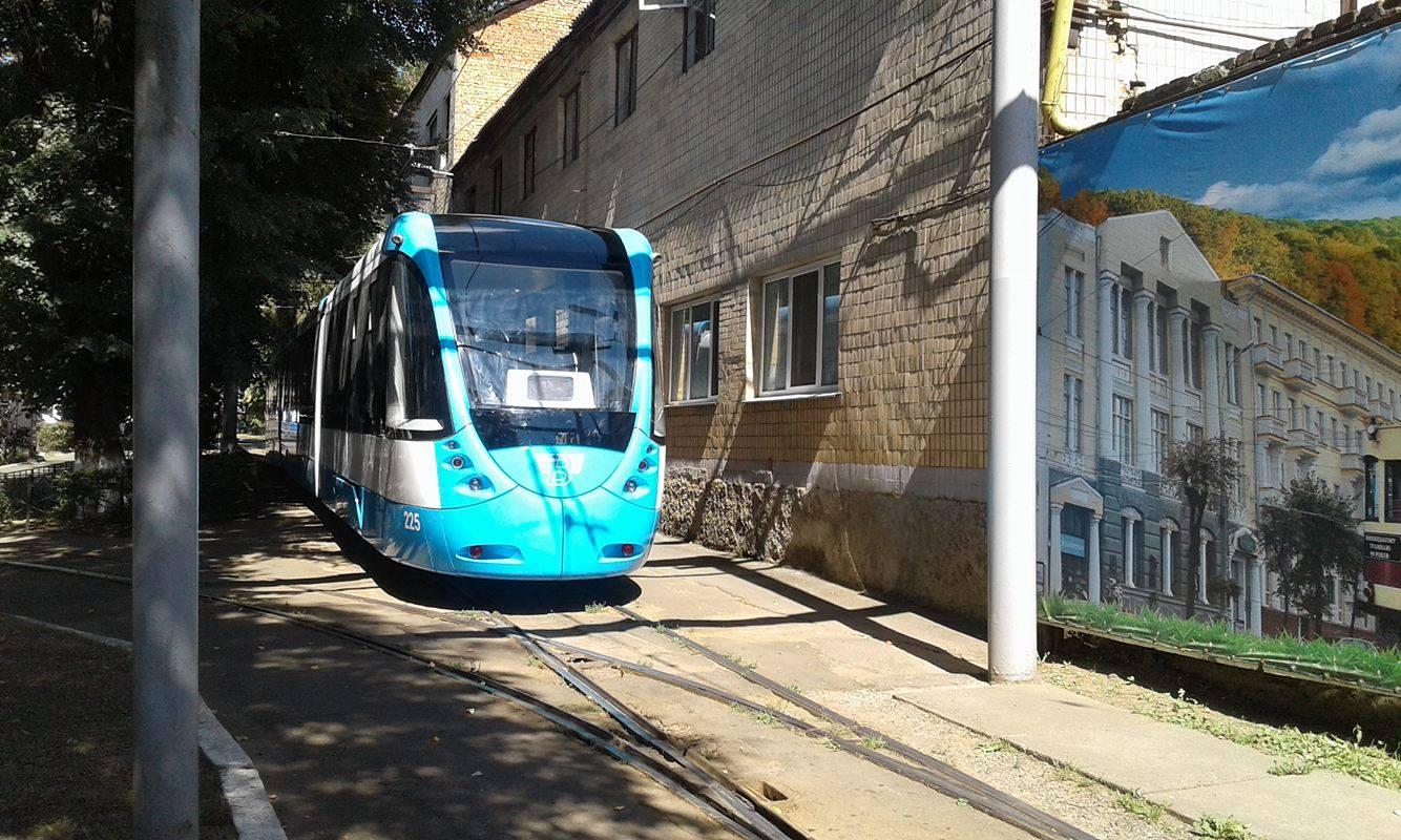 У Вінниці поставили на рейки низькополий трамвай власного виробництва - фото 5