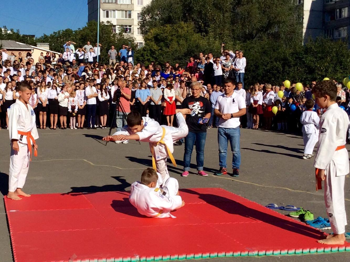 Хмельницький НВК№10 на Першовересень заполонили поліцейські - фото 8