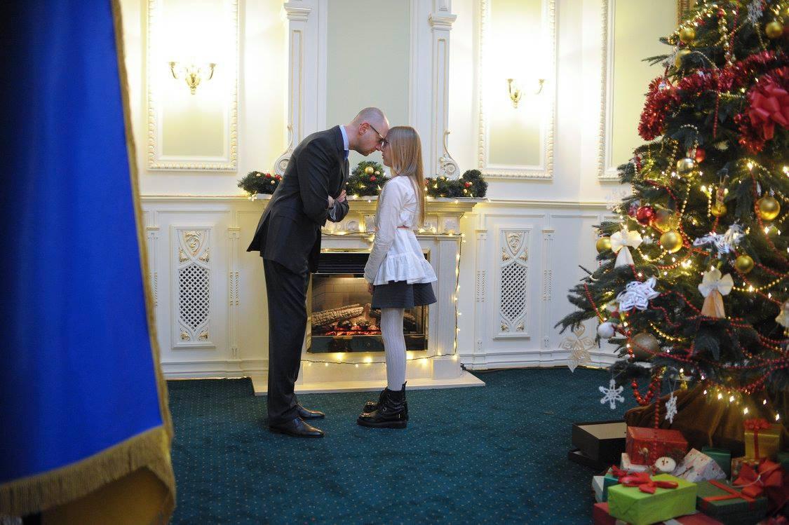 Як українські міністри з дітьми прикрашали ялинку у Кабміні - фото 1