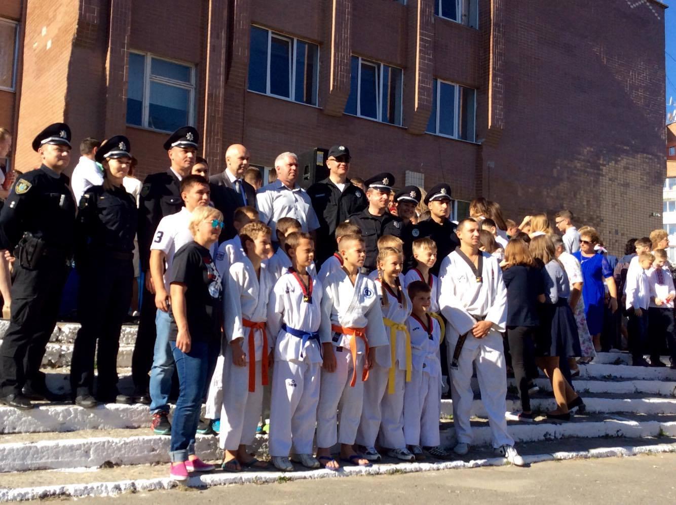 Хмельницький НВК№10 на Першовересень заполонили поліцейські - фото 12