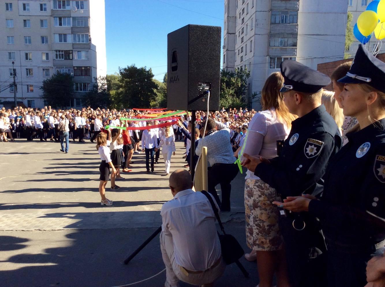 Хмельницький НВК№10 на Першовересень заполонили поліцейські - фото 2