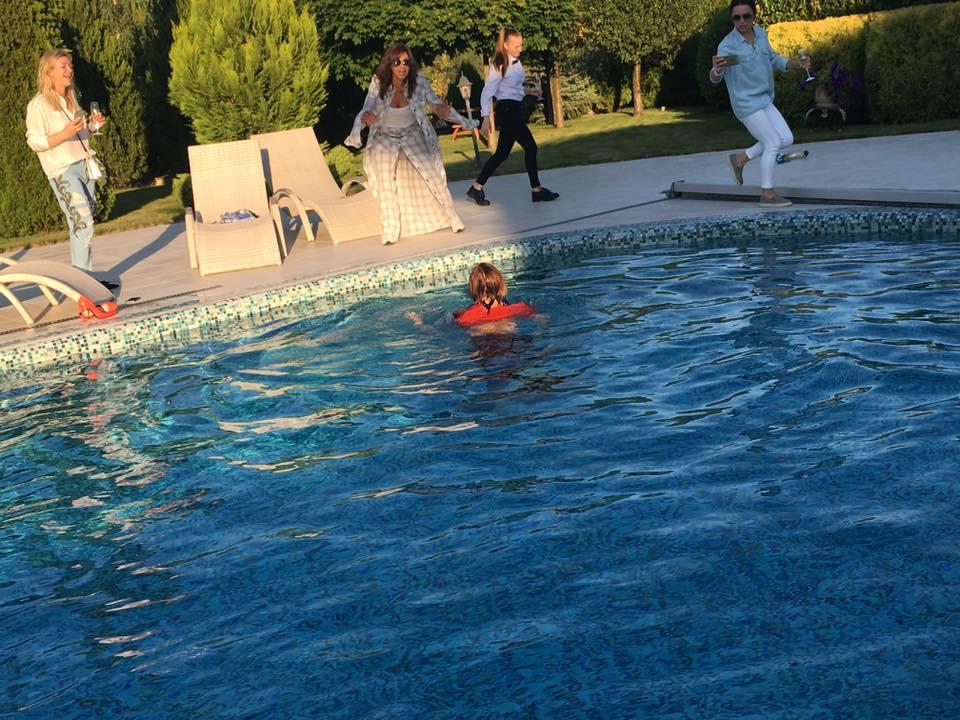 Як дружина Табачника пірнала у басейн на святкуванні свого дня народження - фото 4
