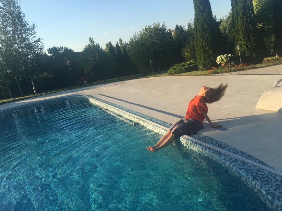 Як дружина Табачника пірнала у басейн на святкуванні свого дня народження - фото 3