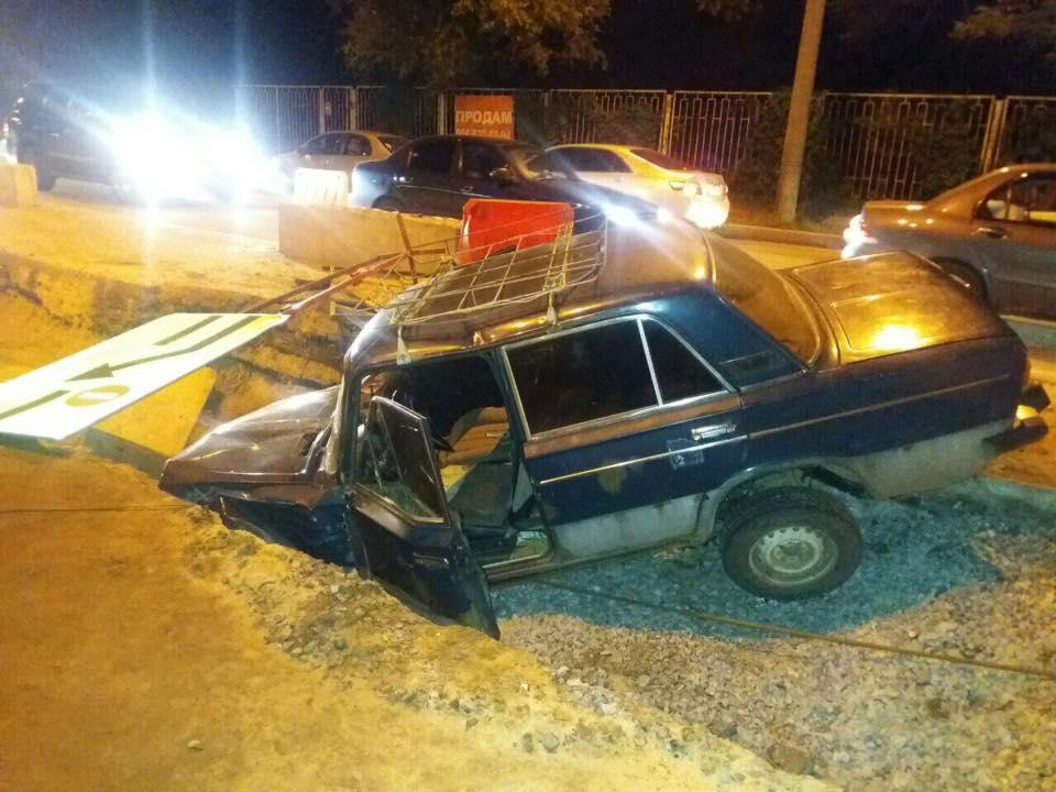 У Харкові пенсіонерка застрягла в автомобілі, який злетів у яму - фото 1