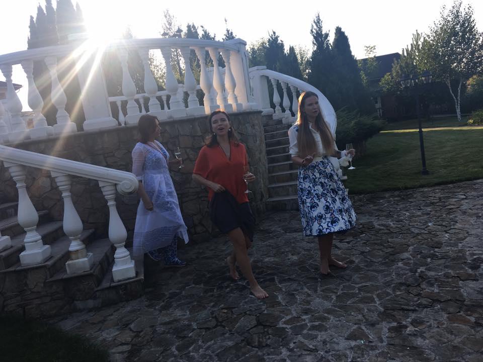 Як дружина Табачника пірнала у басейн на святкуванні свого дня народження - фото 1