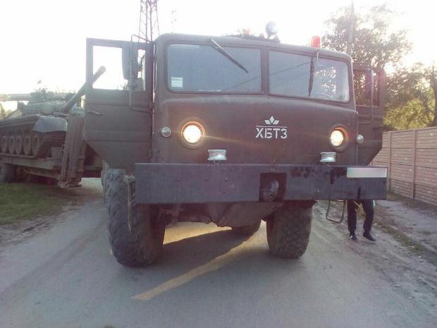 У Харкові військовий тягач із танком переїхав людину - фото 1