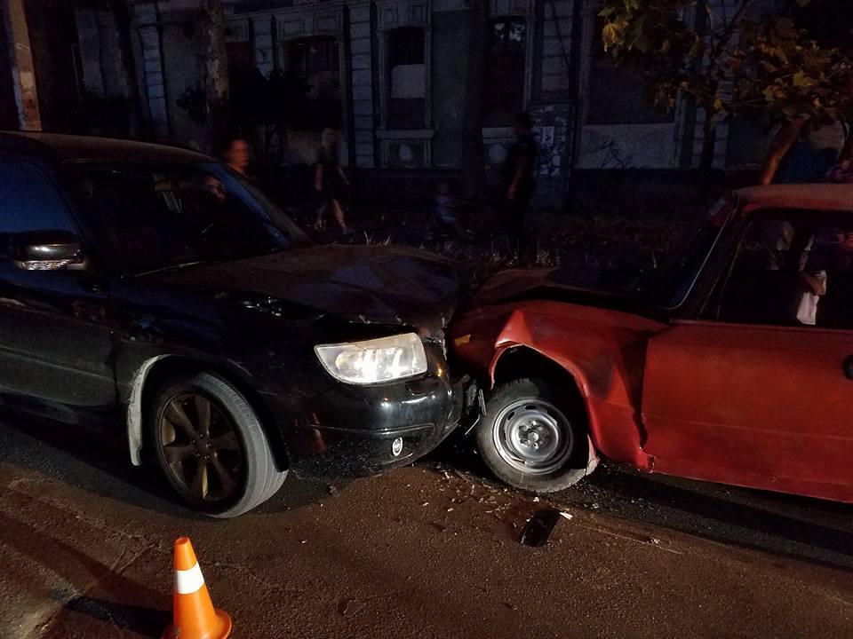 """У Миколаєві через ями на дорозі Subaru влетів в """"Копійку"""" - фото 3"""