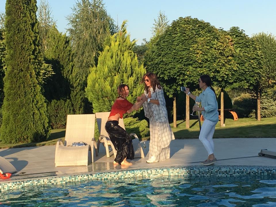 Як дружина Табачника пірнала у басейн на святкуванні свого дня народження - фото 5