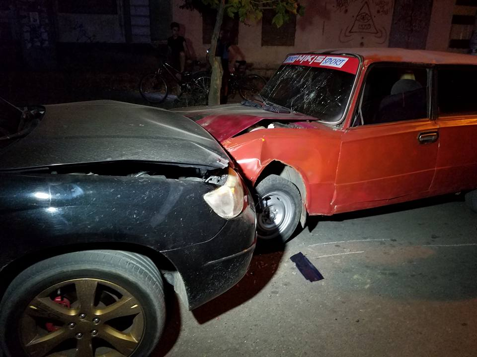"""У Миколаєві через ями на дорозі Subaru влетів в """"Копійку"""" - фото 1"""