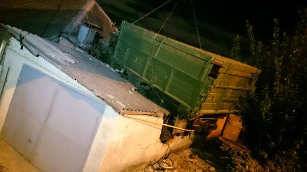 У Харкові вантажівка залетіла на дах житлового будинку - фото 1