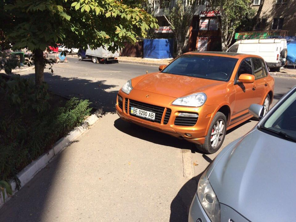"""У Миколаєві депутат-рішала на """"золотому"""" Porsche припаркувався на тротуарі - фото 3"""