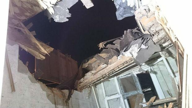 У Харкові вантажівка залетіла на дах житлового будинку - фото 5