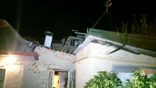 У Харкові вантажівка залетіла на дах житлового будинку - фото 2