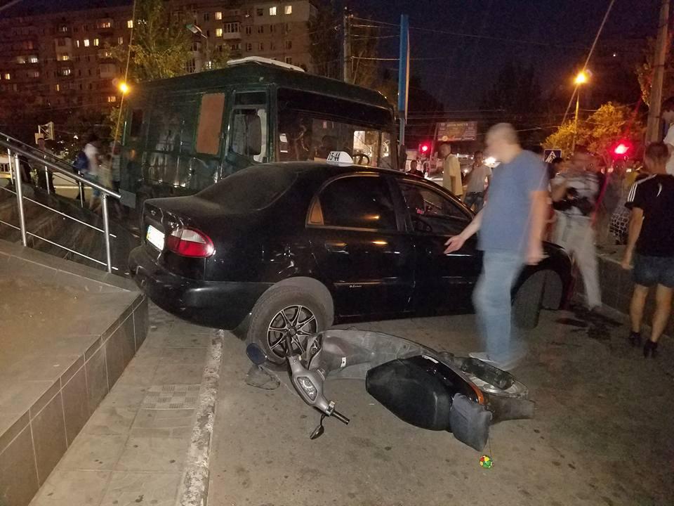 У центрі Миколаєва вантажівка без гальм влетіла в таксі - фото 1
