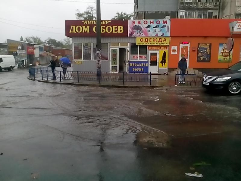 Миколаїв поплив: осінній дощ змусив городян вдягти гумові чоботи - фото 3