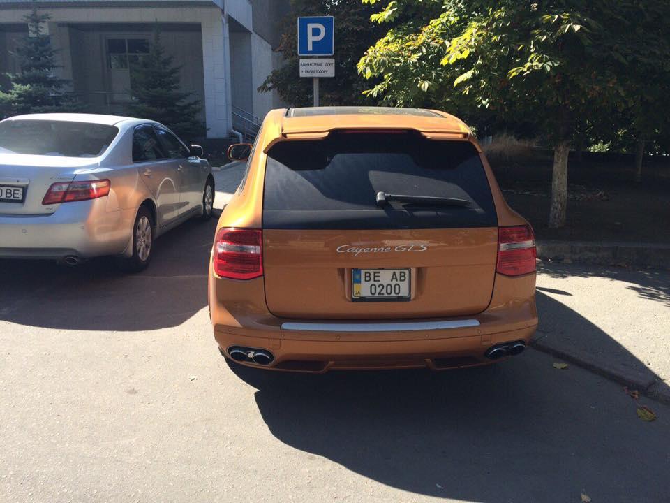 """У Миколаєві депутат-рішала на """"золотому"""" Porsche припаркувався на тротуарі - фото 2"""
