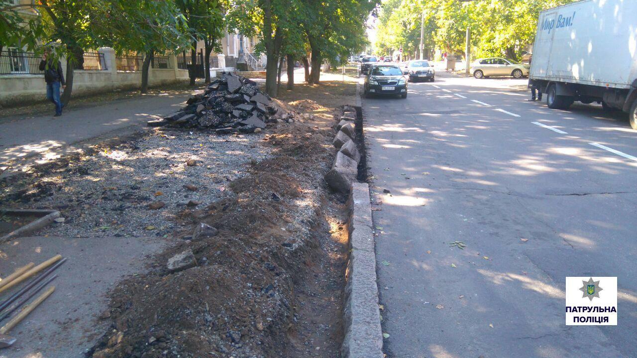 Після смертельної ДТП миколаївські дорожники працюють без жилетів та попереджувальних знаків