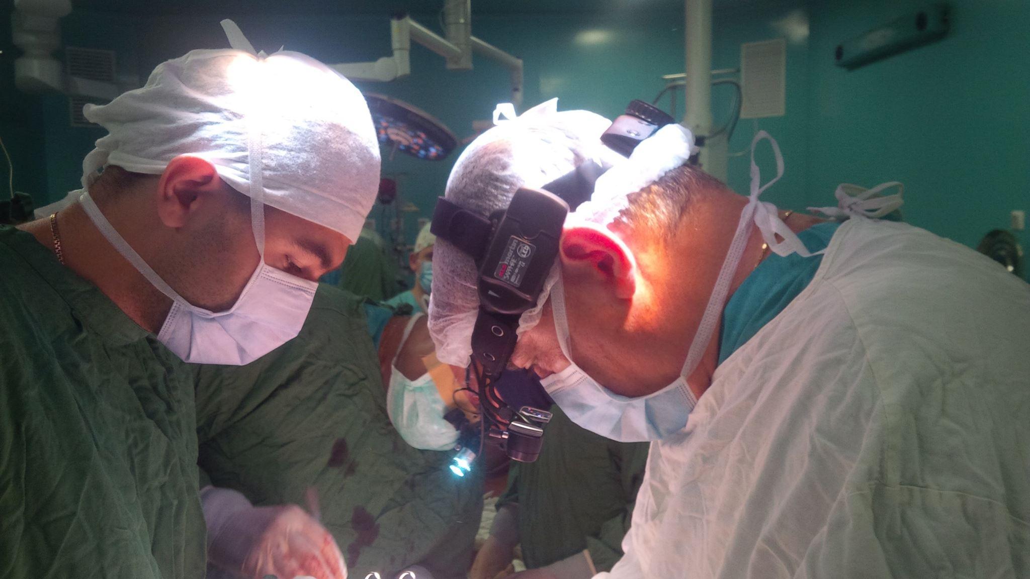 Українські лікарі зупинили серце бійця з осколком міни, щоб врятувати йому життя - фото 1