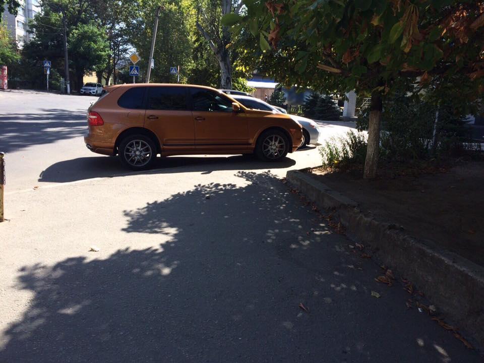 """У Миколаєві депутат-рішала на """"золотому"""" Porsche припаркувався на тротуарі - фото 1"""