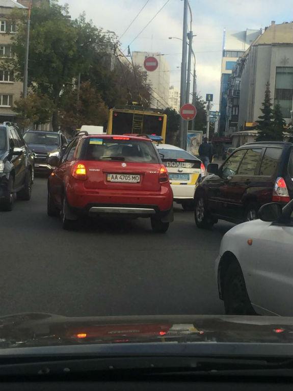 У центрі Києва коп на службову авто 5 разів порушив ПДД  - фото 2