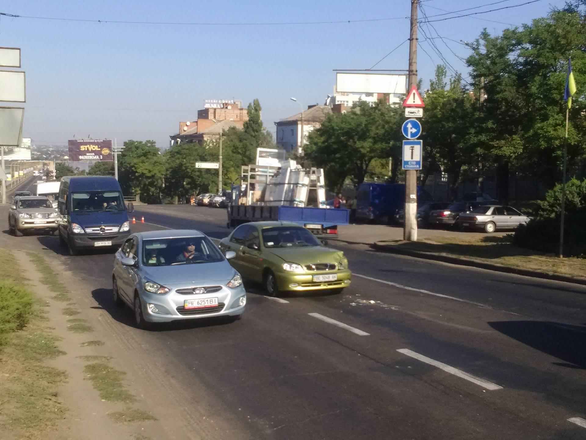 У Миколаєві на мосту Daewoo влетів в кросовер Acura - фото 2