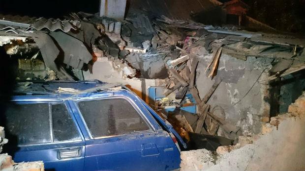У Харкові вантажівка залетіла на дах житлового будинку - фото 3