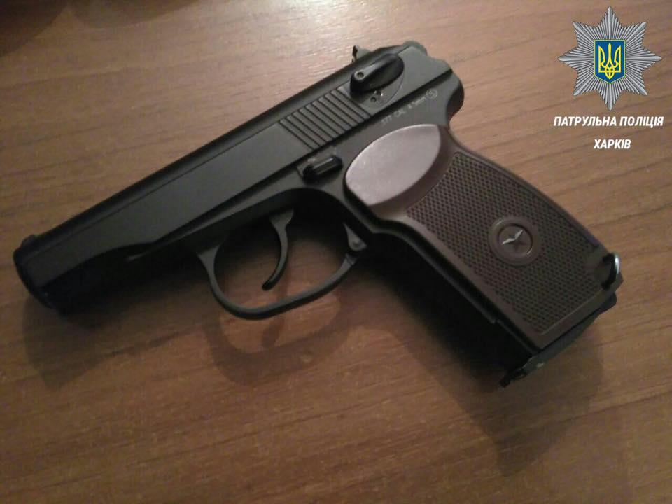 У Харкові чоловік посеред вулиці відлупцював дівчину і розмахував пістолетом - фото 2