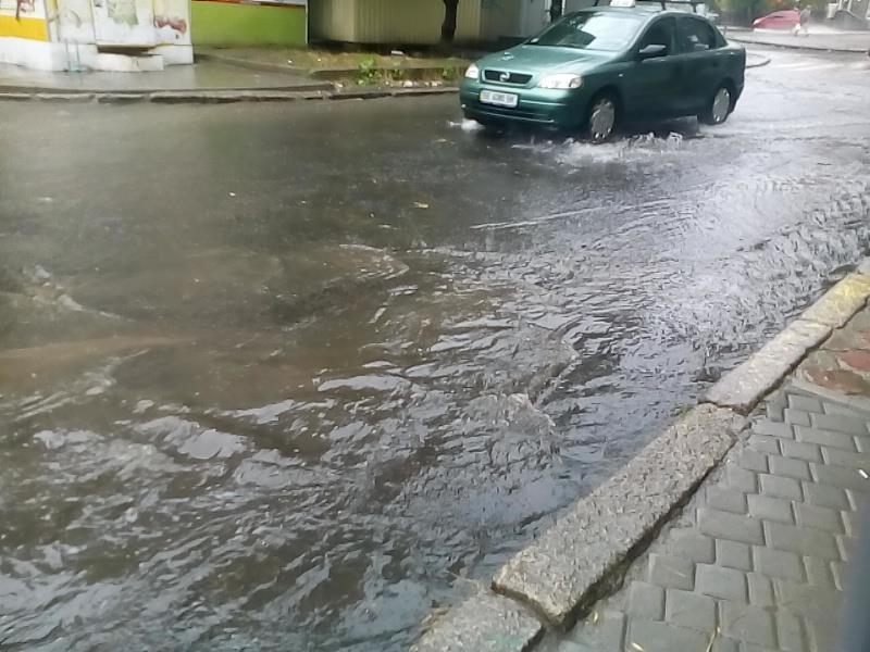 Миколаїв поплив: осінній дощ змусив городян вдягти гумові чоботи - фото 2